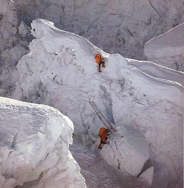 """""""Prace inżynieryjne"""" przy lodospadzie Khumbu - Icefall Fot. Stanisław Jaworski"""