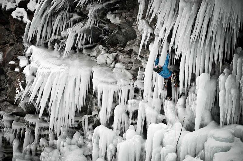 I. Papert podczas wspinaczki lodowej