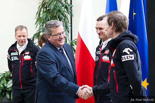 Prezydent B. Komorowski gratuluje Januszowi Gołębiowi i Adamowi Bieleckiemu