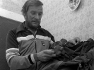 Jerzy Kukuczka pakuje maskotkę na wyprawę
