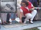Cecylia Kukuczka odsłania pamiątkową tablicę