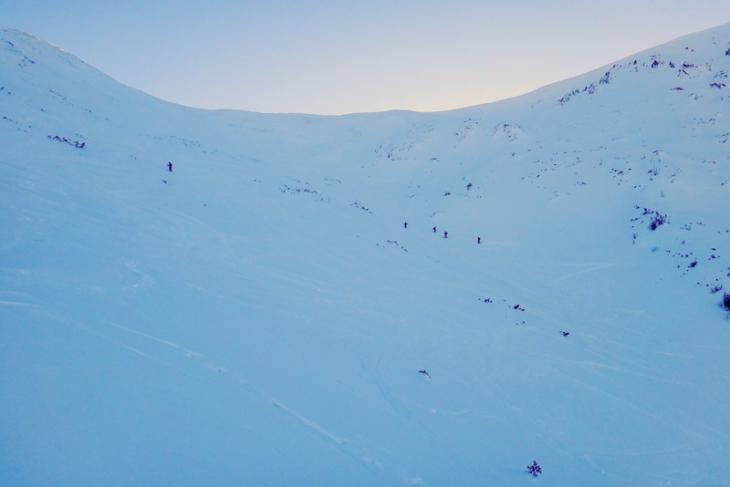 Przy pewnych warunkach z Przełęczy pod Kopą zjeżdżamy jak puszcza – trasa jest bardzo popularna